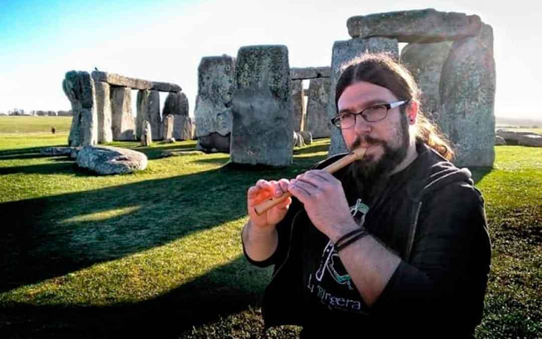 El caspolino Pablo Morales tocando la flauta delante del Stonehenge, en Reino Unido.