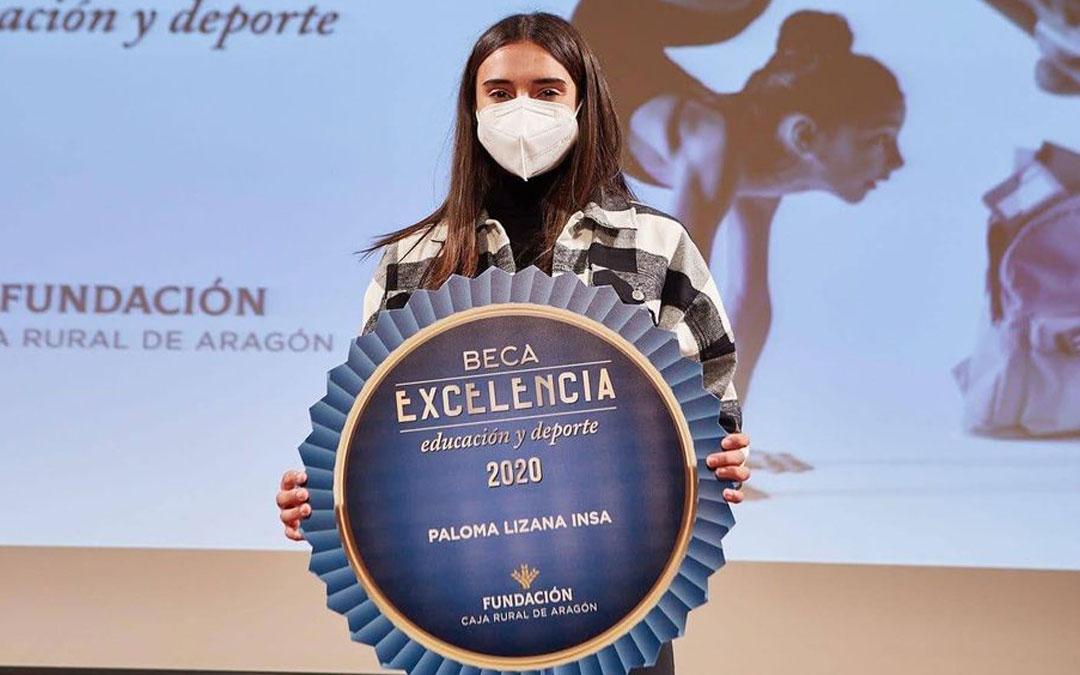Paloma Lizana mostrando la beca con la que ha sido premiada. Foto: L.L.
