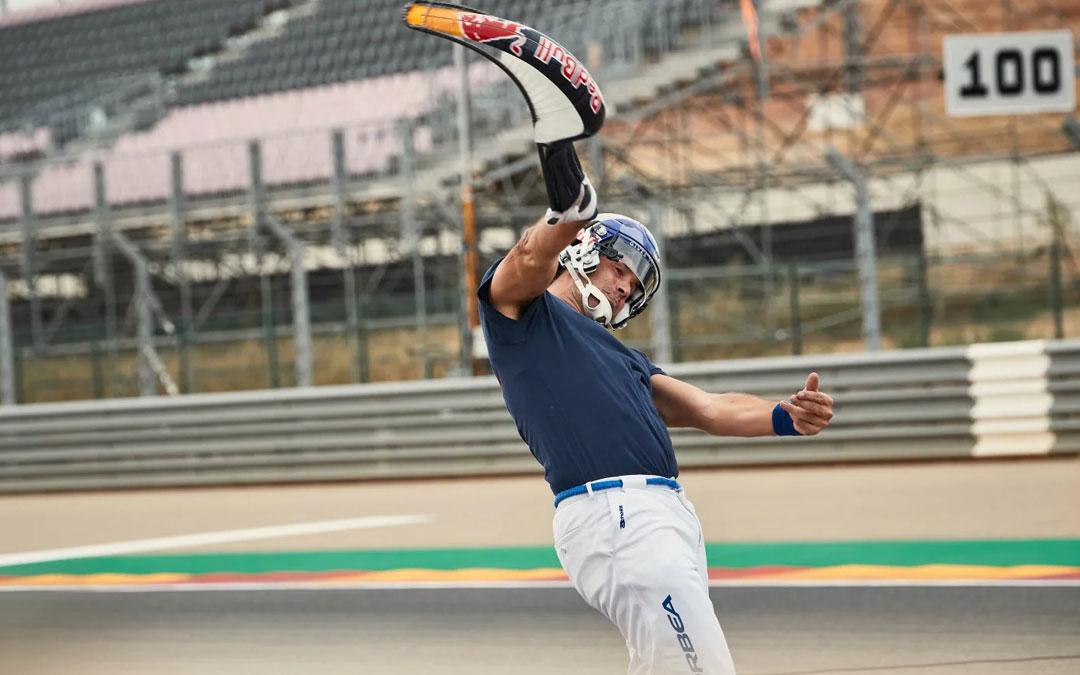 El pelotari guipuzcoano en el momento de lanzar la pelota en la recta principal de Motorland. Red Bull