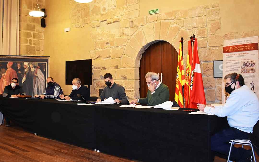 Representantes de los cuatro grupos políticos de la Comarca del Bajo Aragón-Caspe junto al secretario, en el pleno de diciembre.