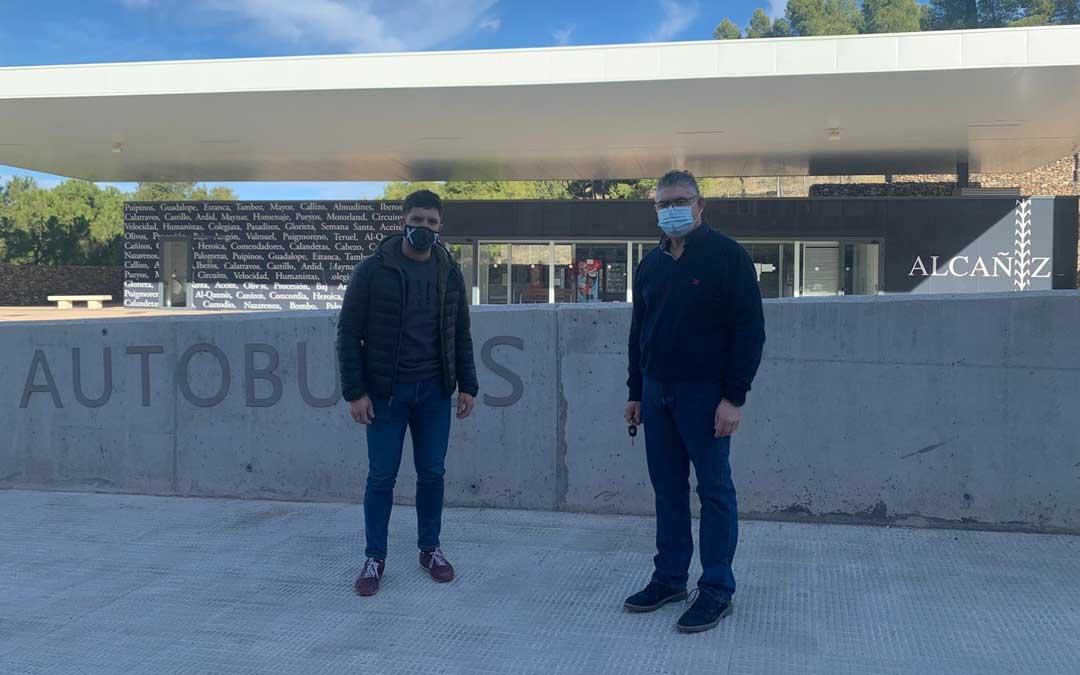 El portavoz del PP de Alcañiz, Nacho Carbó; y el del PP del Bajo Aragón, José Miguel Celma, en la estación de autobuses