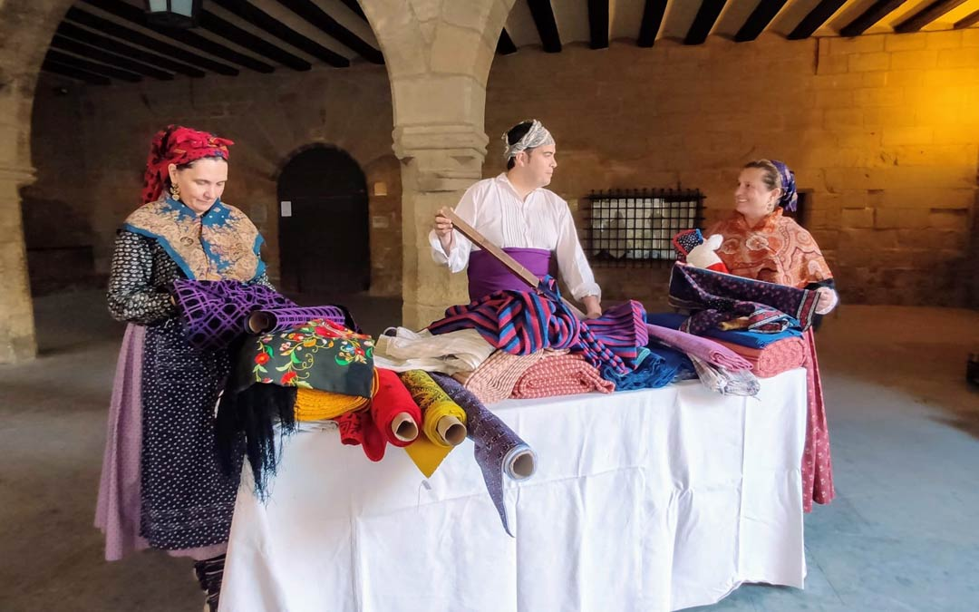 Tres mujeres alrededor de una mesa trabajando la tela./Dabí Latas
