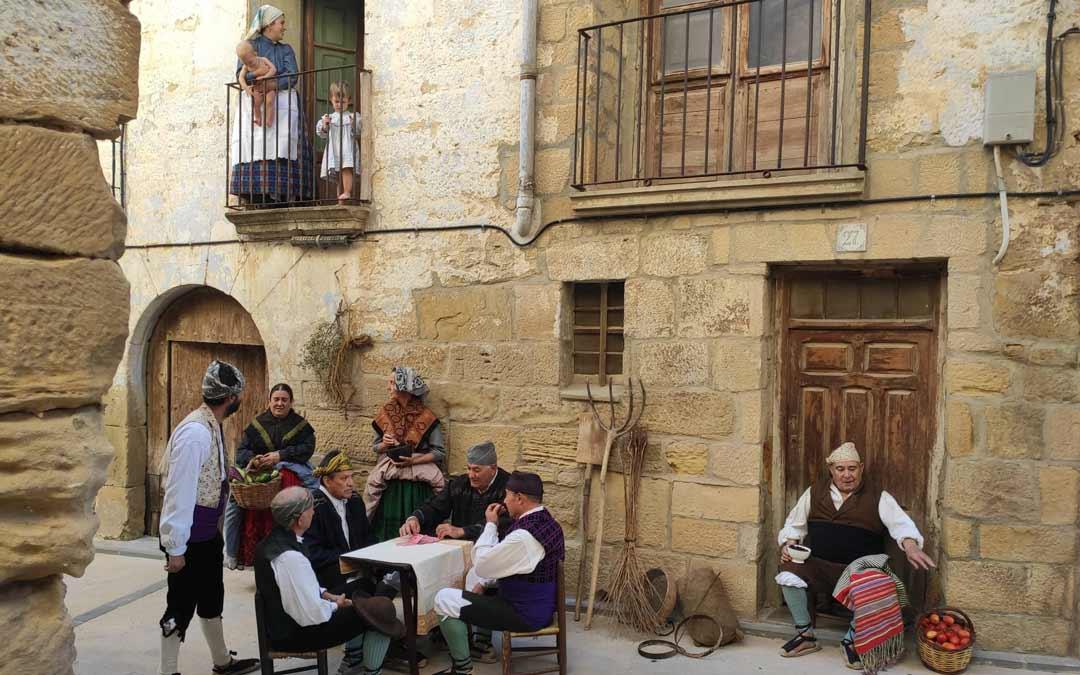 Estampa de hombres y mujeres reunidos jugando cartas./Dabí Latas