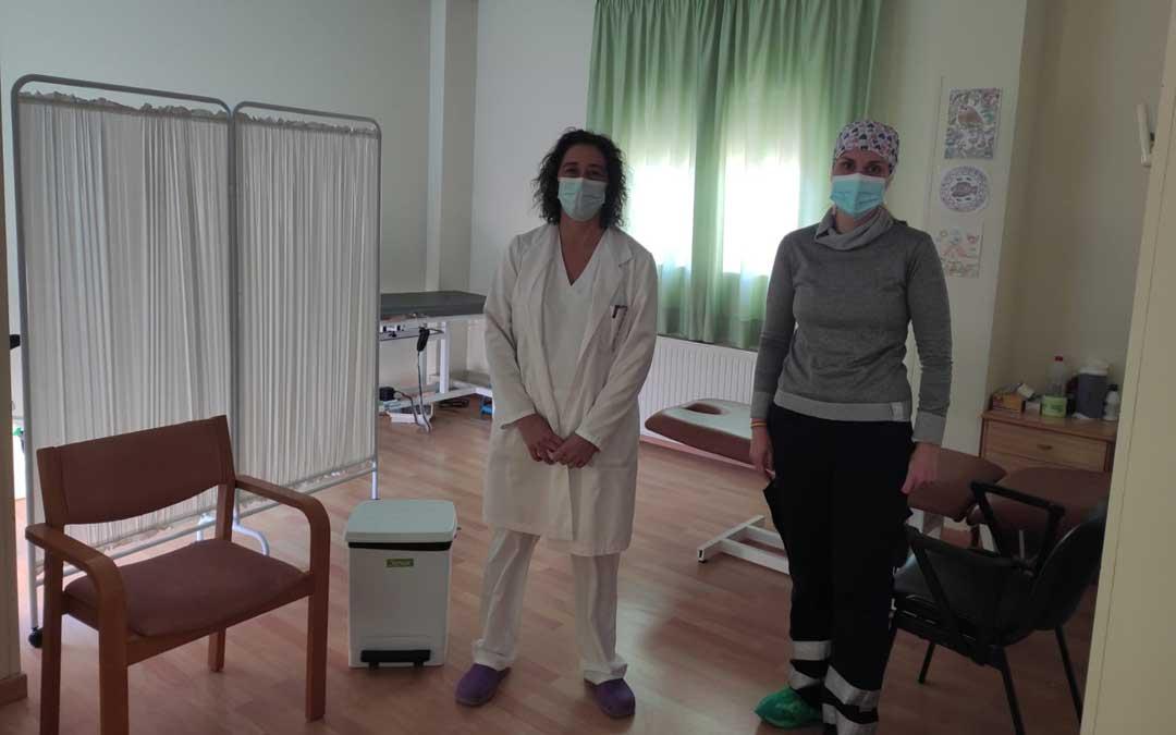Maribel Blasco, trabajadora de la residencia municipal de Mas de las Matas; y Pilar Borraz, coordinadora del Centro de Salud, ultimando ayer los detalles para el inicio de la vacunación / M. Ariño