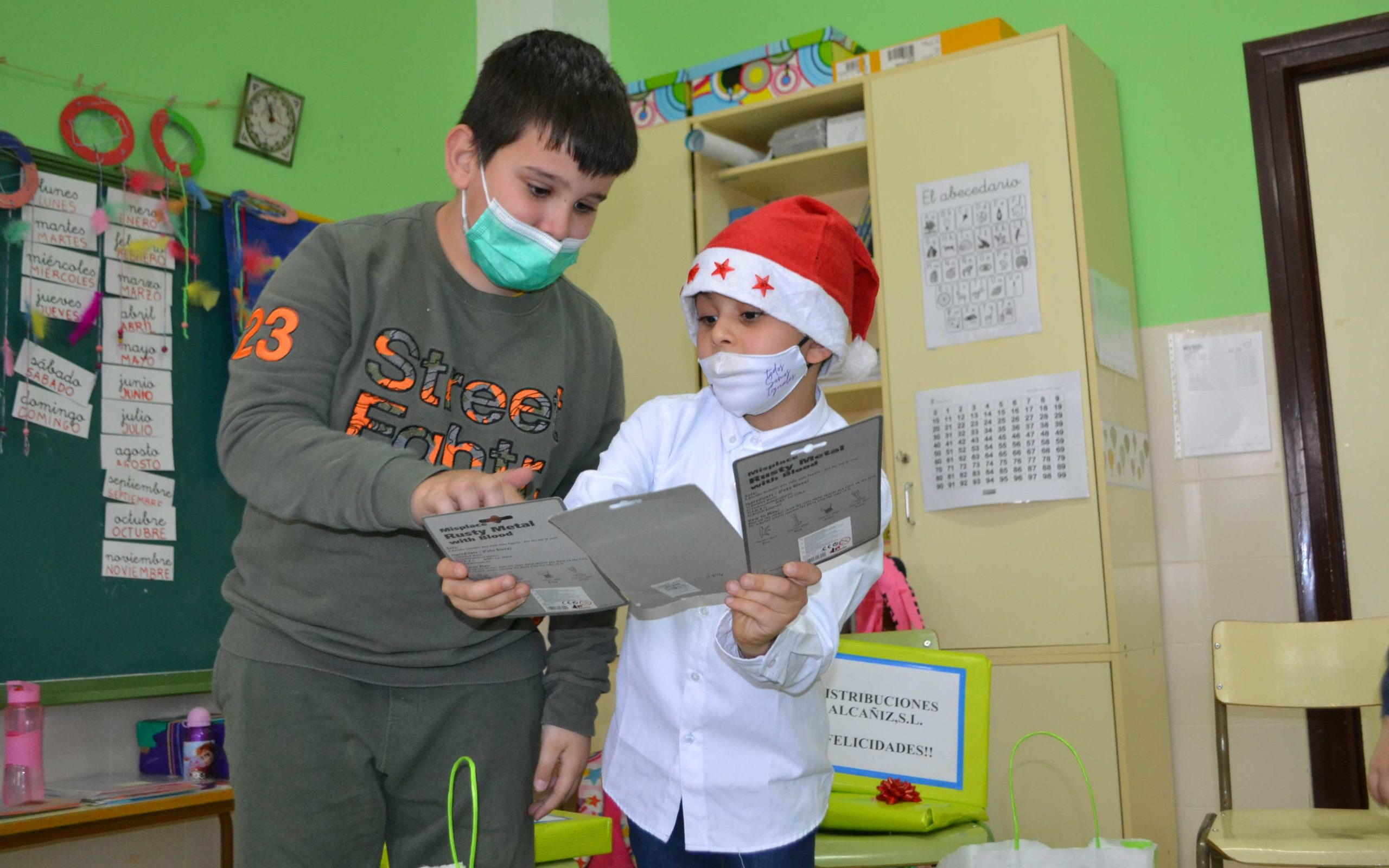 Dos amigos comparten sus sorpresas en el aula de Samper de Calanda