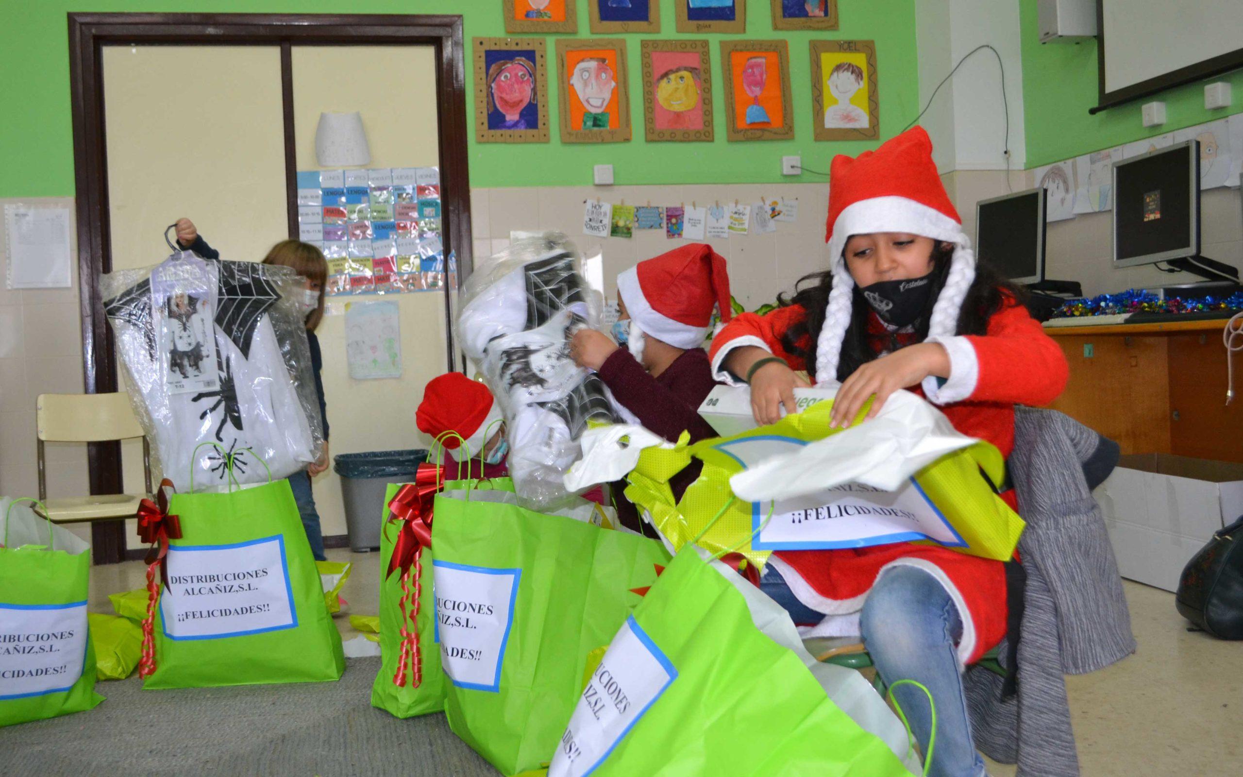 Emoción entre los alumnos de Primaria de Samper al abrir los regalos del concurso de postales del Grupo La COMARCA