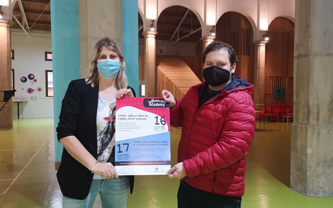 Susana Mene y Tito Lizana durante la presentaciónd e los talleres de seguridad en redes./I.M.