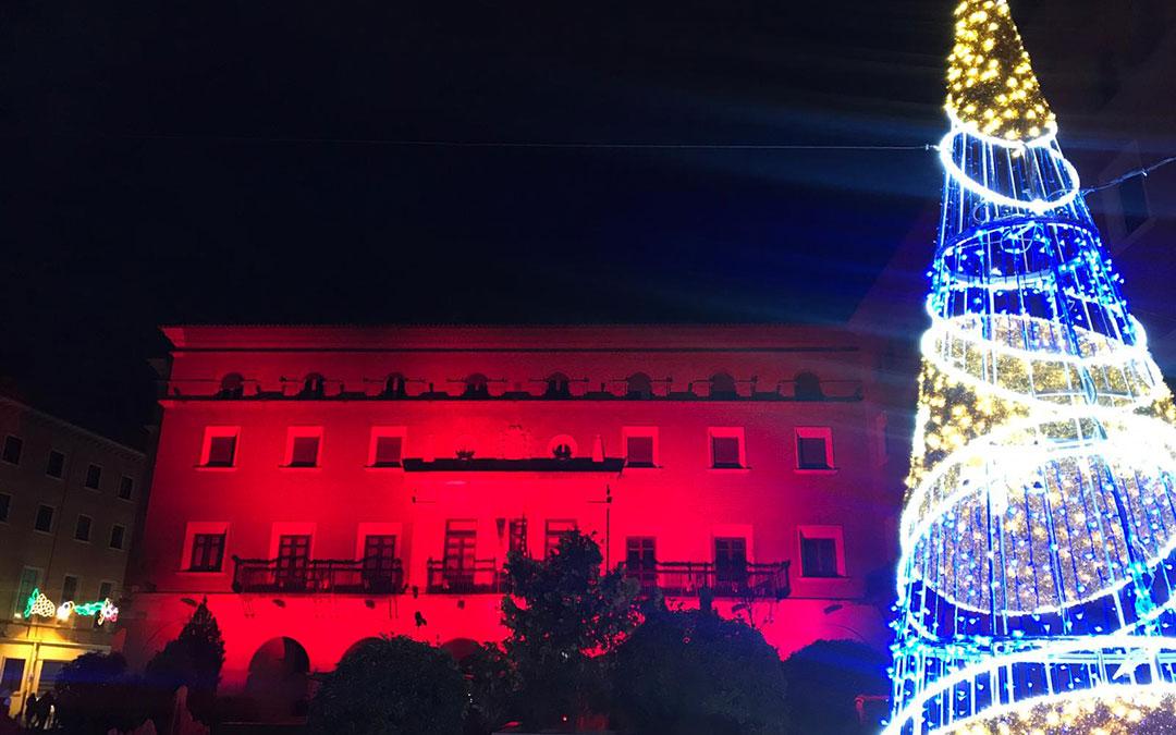 La fachada de la sede de Subdelegación del Gobierno en Teruel, iluminada de rojo en homenaje al voluntariado. / Cruz Roja