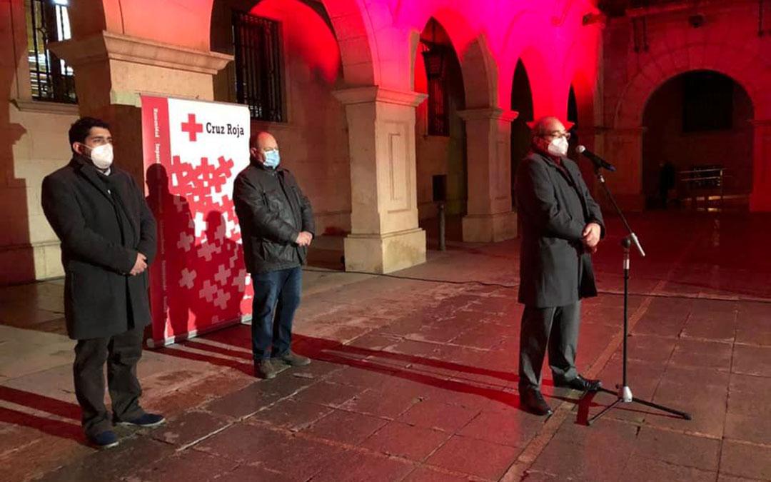 El presidente provincial de Cruz Roja Teruel, Antonio Soler, en el homenaje junto al diputado provincial, Diego Piñeiro, y el subdelegado del Gobierno en Teruel, José Ramón Morro. / DPT