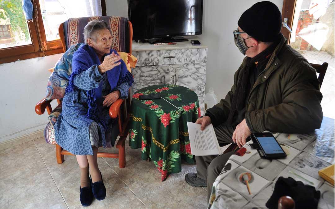 Erundina Micolau ha sido la primera vecina en ser entrevistada por el alcalde, Alberto Díaz, que es periodista./ De Luna