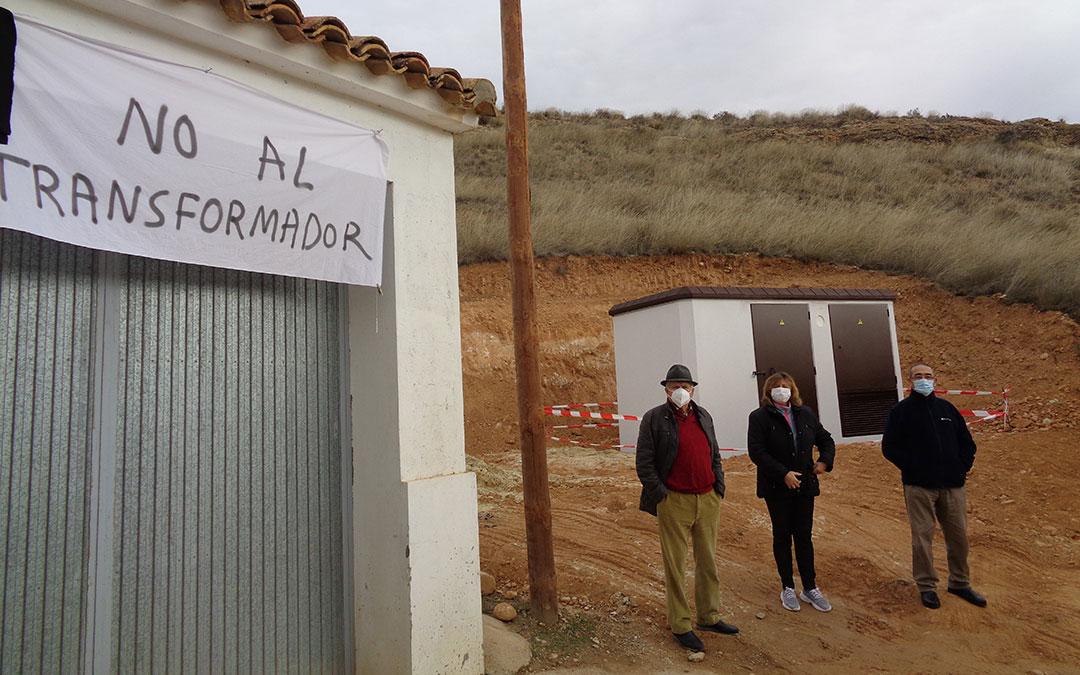 """Tres vecinos junto al transformador que se ubicará """"muy cerca de las viviendas"""". / Antonio Martín"""