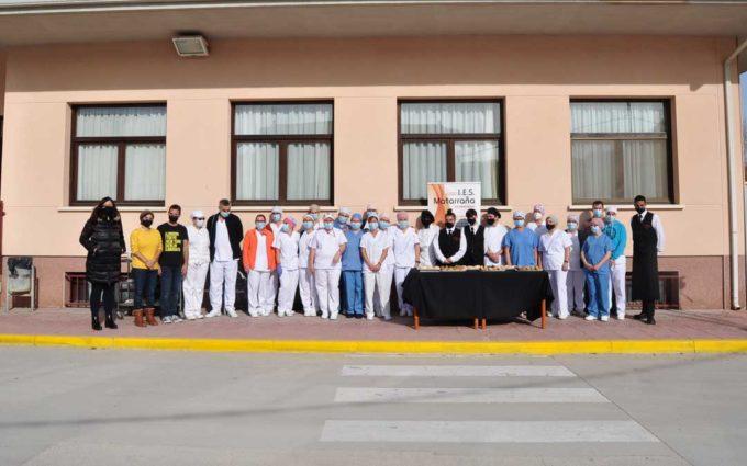 La Escuela de Hostelería del IES Matarraña endulza al personal sanitario de Valderrobres