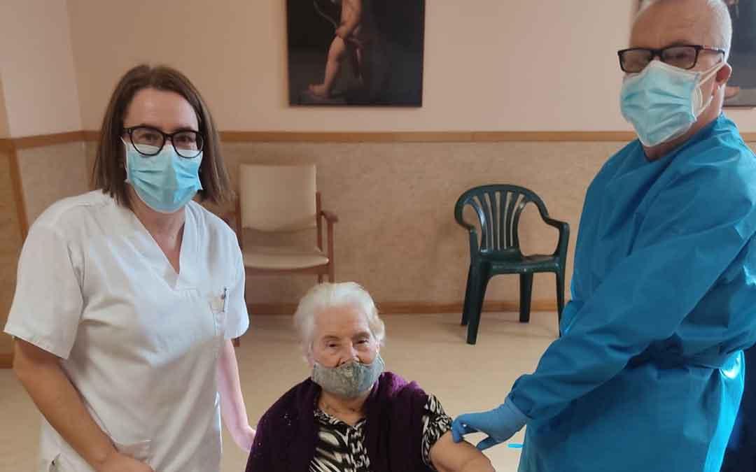 Lidia Ejarque, de 99 años, vacunándose en la residencia de Valderrobres. / C. S. VALDERROBRES
