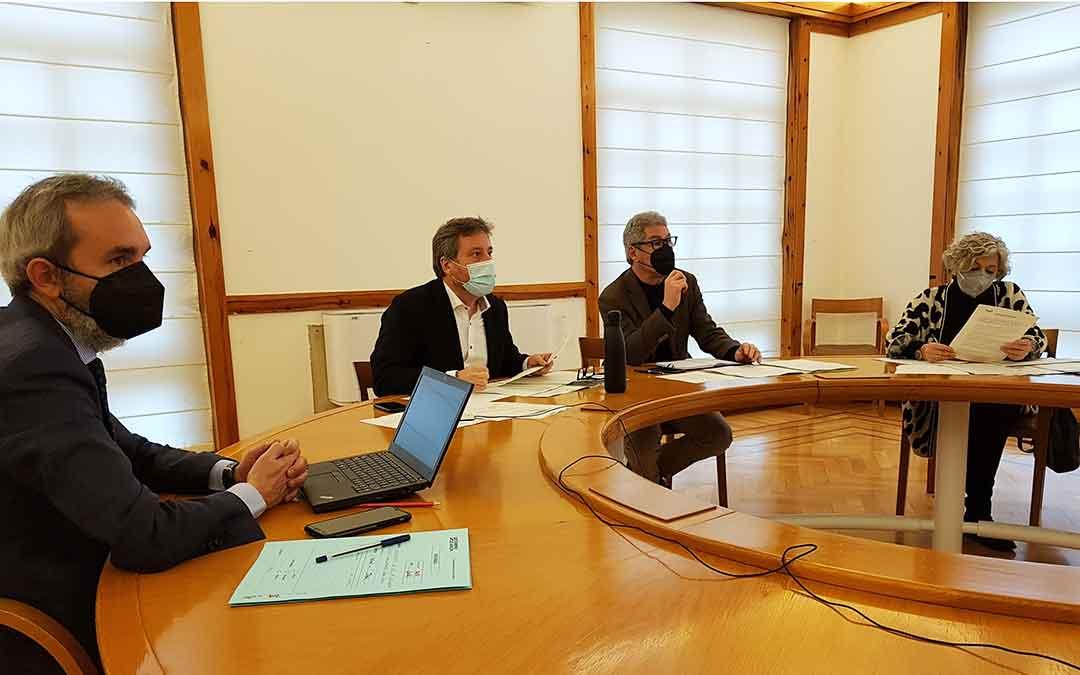 Representantes del Gobierno de Aragón y de Renfe, este lunes por la mañana.