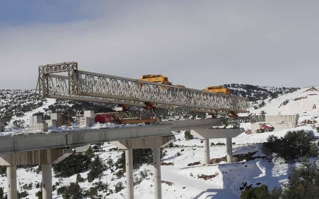 Colocación de una de las vigas principales del viaducto del Port de Querol en la N-232. Ayto. Morella.