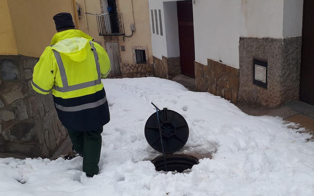 Un trabajador del Ayuntamiento de Albalate durante las labores de detección de la incidencia del suministro de agua./ Ayto. Albalate