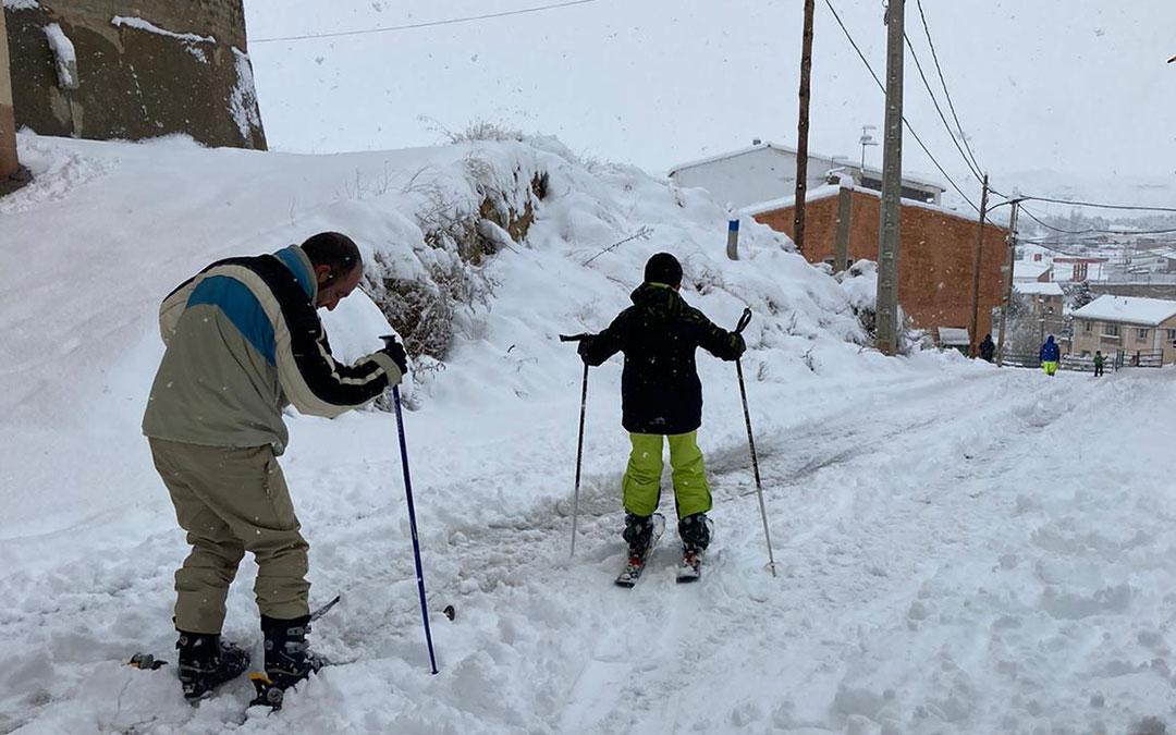 Padre e hijo esquían por la cuesta de la Calle Moretilla, en Albalate./ M.M.