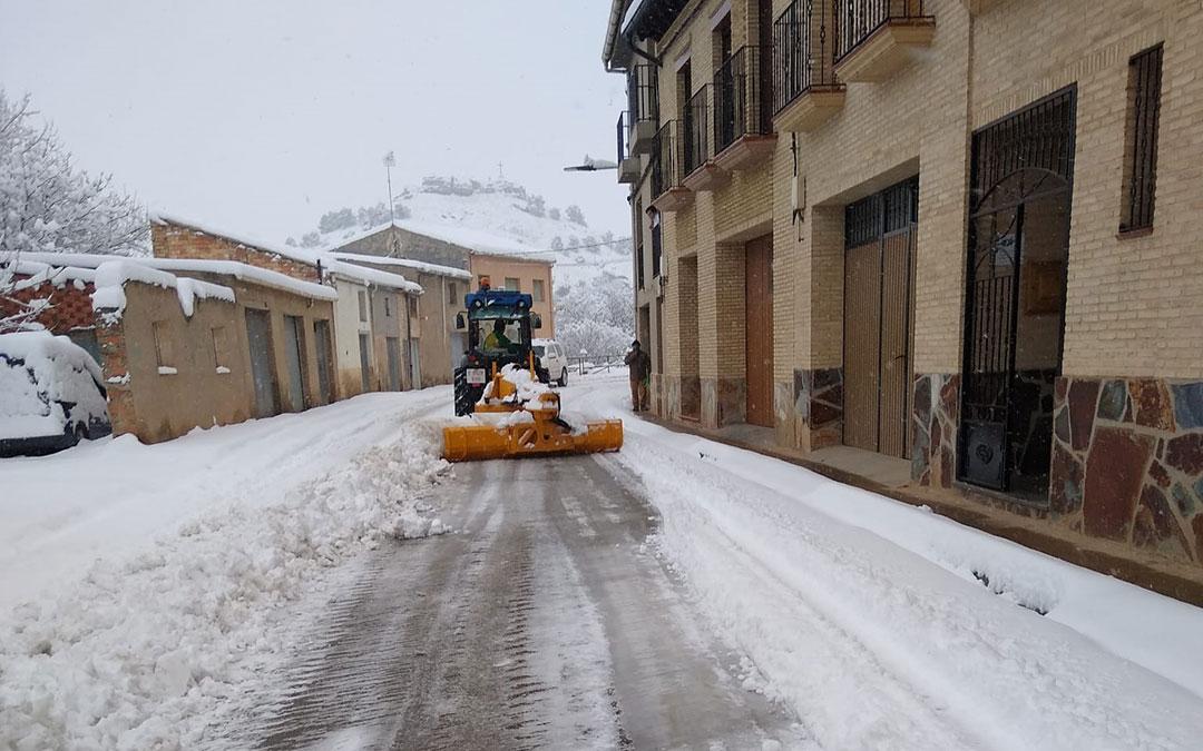 Labores de limpieza en la travesía de Albalate del Arzobispo./ S.P.