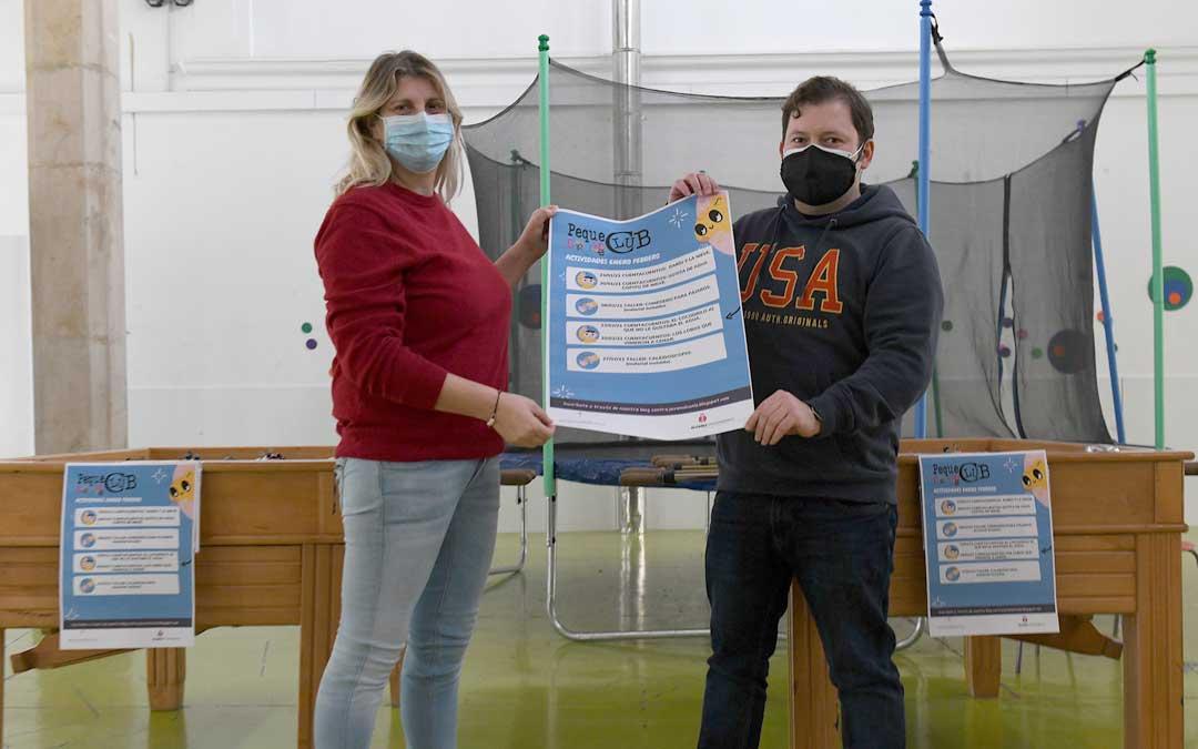 Susana Mene y Tito Lizana con el cartel de las actividades este jueves en Alcañiz / Ayto. Alcañiz
