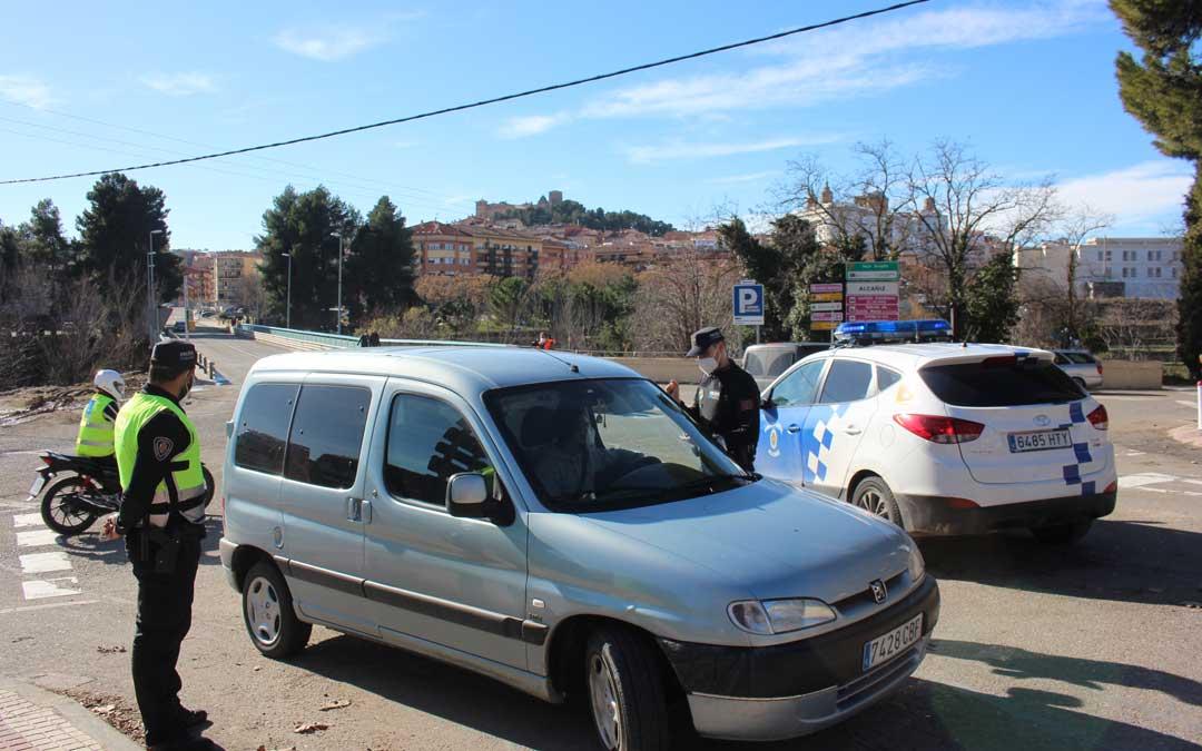 Control de la Policía Local por el cierre perimetral de Alcañiz / L. Castel