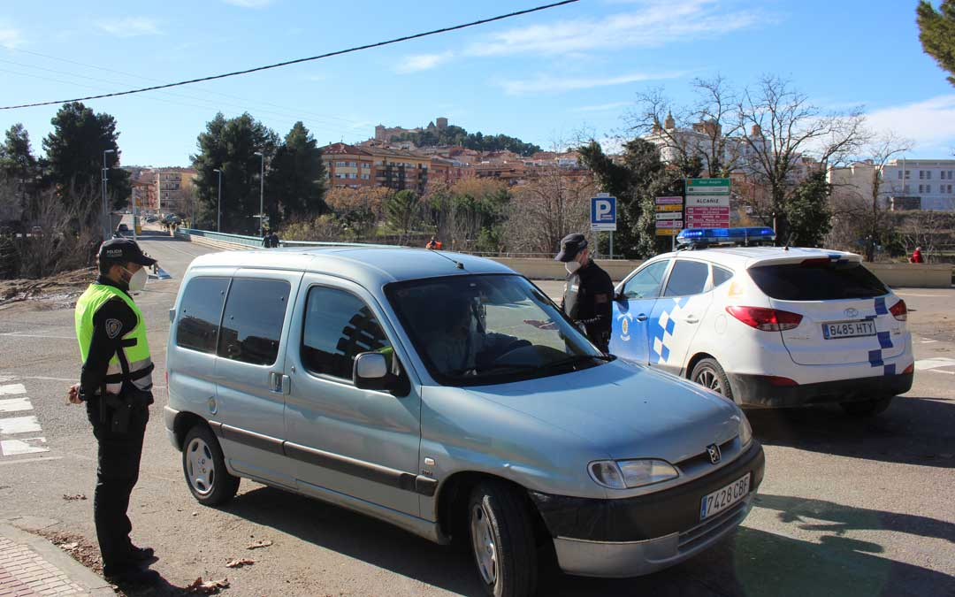 Imagen de archivo de un control de la Policía Local a la entrada de Alcañiz desde Caspe / L. Castel