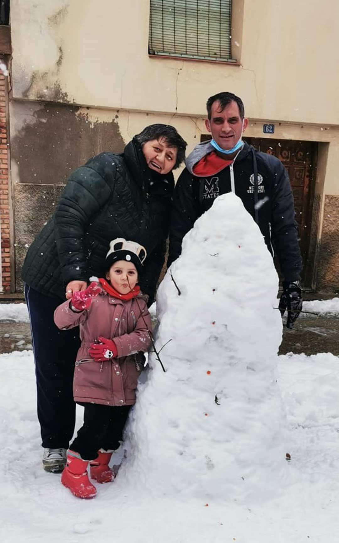 Muñeco de nieve en la capital bajoaragonesa./ María y Tete