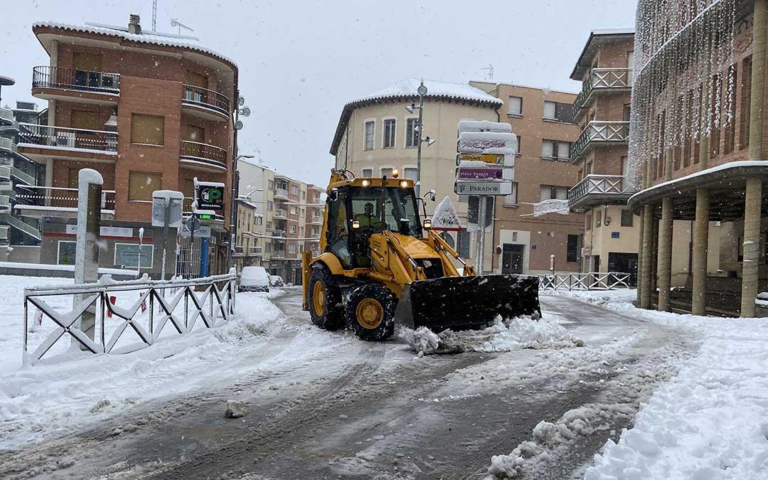 Una máquina despeja las calles de Alcañiz en la mañana de este sábado./ A.M.