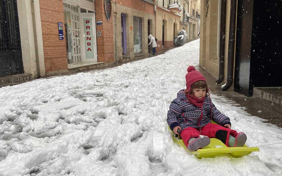 En la capital del Bajo Aragón no han dudado en sacar sus trineos para disfrutar de la nieve./ A.M.