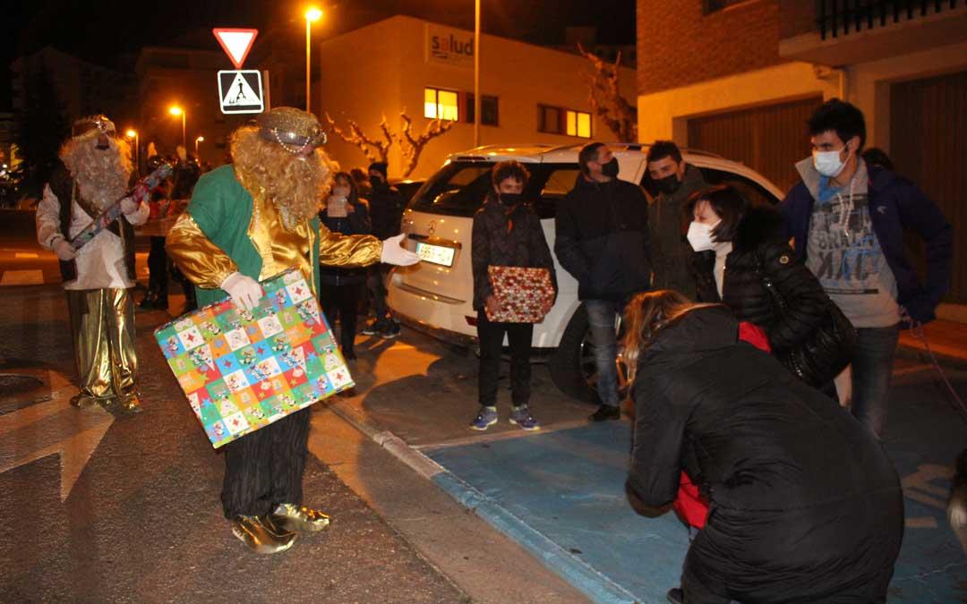 Los Reyes pasearon por la calle Miguel Fleta de Alcañiz / L.C.