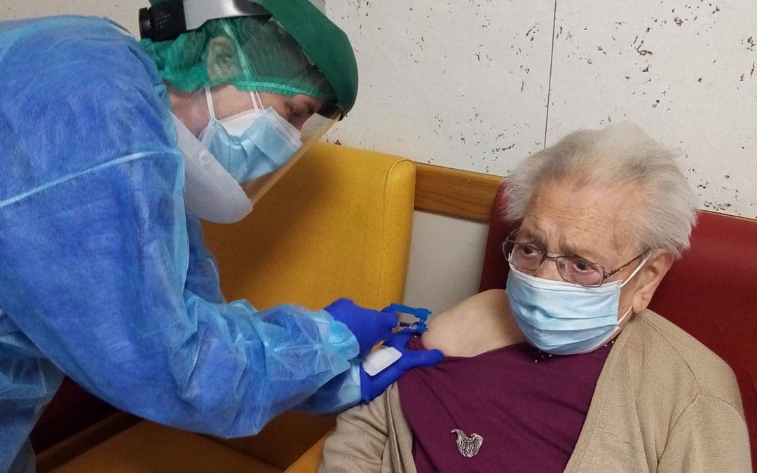 Milagros Sastre, de 102 años, vacunándose en Alcañiz. / RESIDENCIA ALCAÑIZ