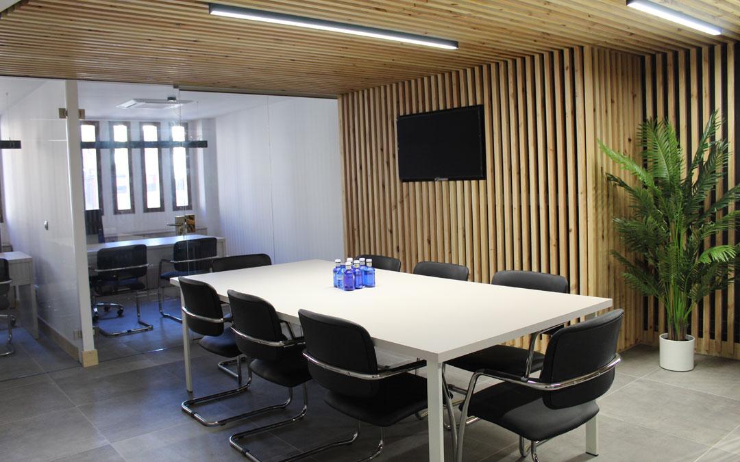 El piso superior consta de una sala común de uso multifuncional y dos despachos individuales. / B. Severino
