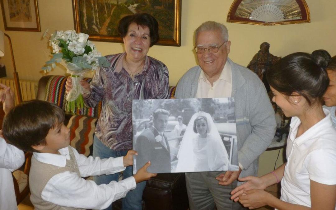 Alfredo Martínez Villavieja, junto a su esposa y su familia en una celebración. / Archivo familiar