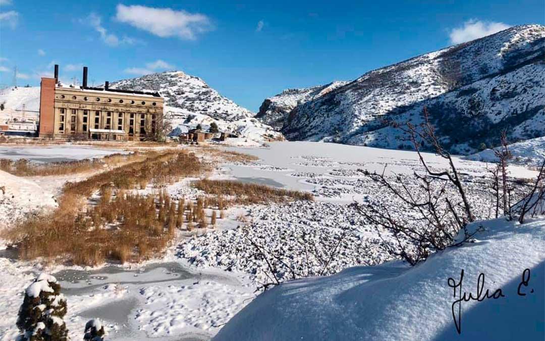 Las gélidas temperaturas de varias noches consecutivas han cubierto el embalse de la Central Térmica de Aliaga de una capa de hielo./ Facebook Parque Geológico de Aliaga-Julia E.