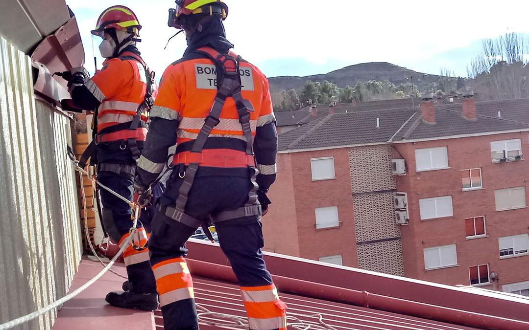 Los bomberos actuando en el pabellón de Andorra. / Bomberos DPT
