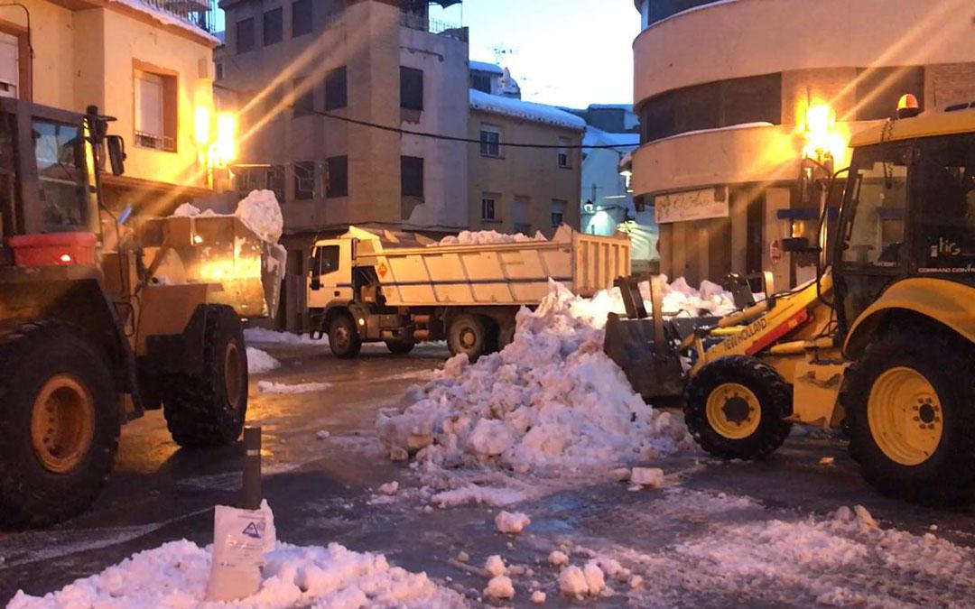 Tareas en Andorra de retirada de nieve en camiones este lunes por la mañana./ AYTO. ANDORRA