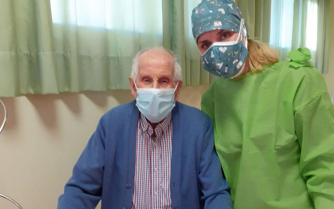 Antonio Fuster Ciprés, de 101 años, junto a Borraz tras recibir la segunda dosis. / MAS DE LAS MATAS