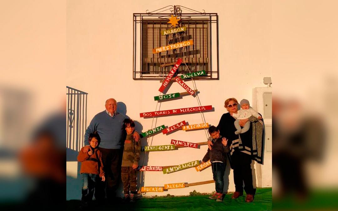 José Antonio Royo y su familia dan la bienvenida al año 2021 con su árbol inspirado en el de Dos Torres de Mercader./ L.C.