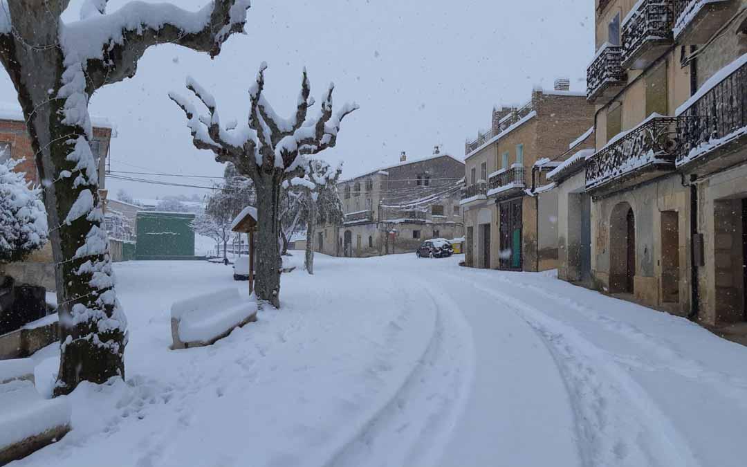 En localidades como Arens de Lledó la nevada fue histórica; los vecinos estuvieron varias horas incomunicados por carretera