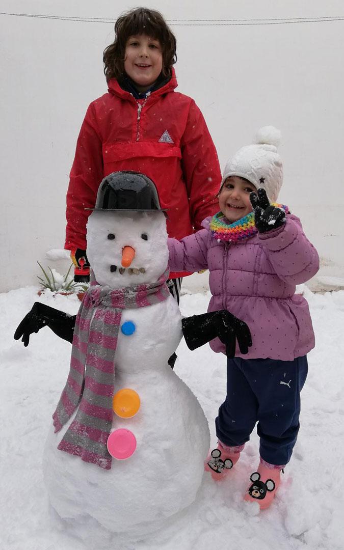 En Ariño tampoco faltaron los muñecos de nieve, además bien ataviados con bufanda y guantes./ Laura Oliva
