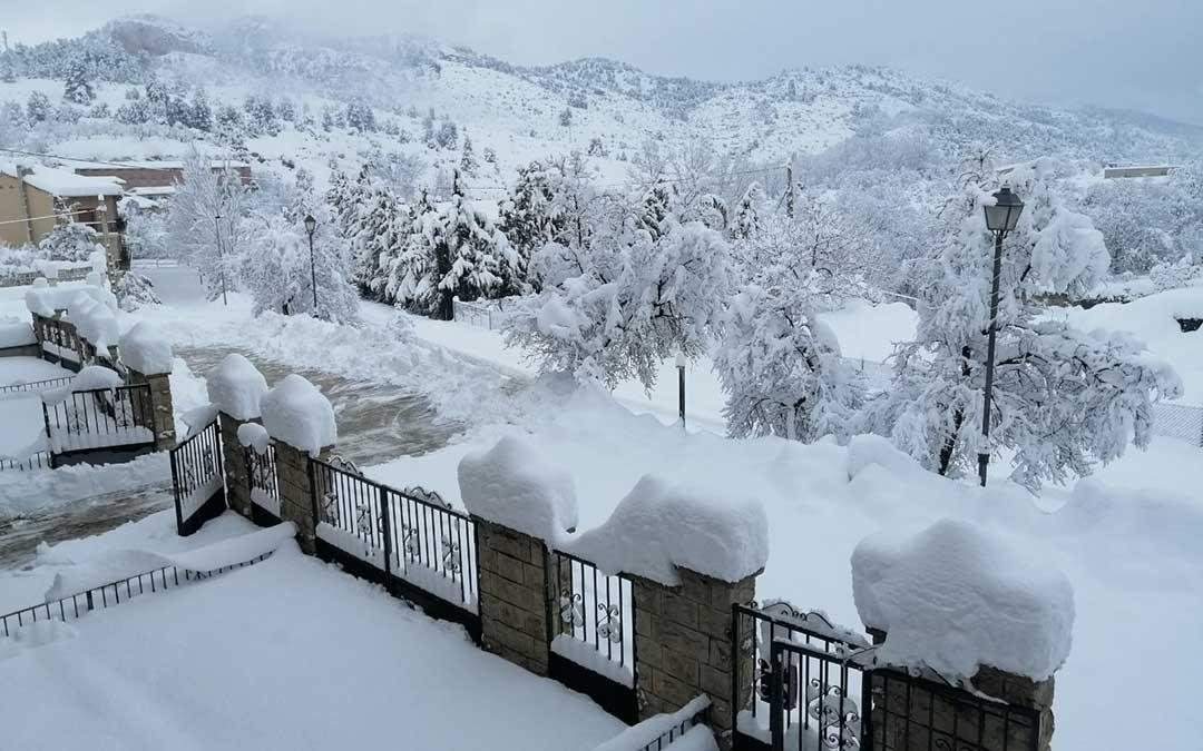 En Beceite la cantidad de nieve acumulada este domingo alcanza los 60 centímetros./ Javier de Luna