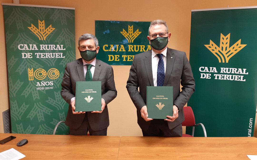 El Jefe de Área de Negocio, Ángel Espinosa y el presidente de la entidad, José Cuevas, con el libro del Centenario. / Caja Rural de Teruel