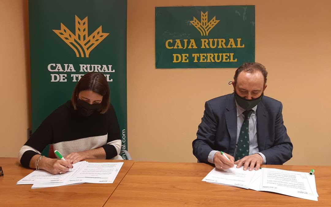 Emilio Mallén, Jefe de Zona del Bajo Aragón de Caja Rural de Teruel; y Montse Thomson, presidenta de la Asociación Turismo Bajo Aragón; han firmado el convenio / Caja Rural