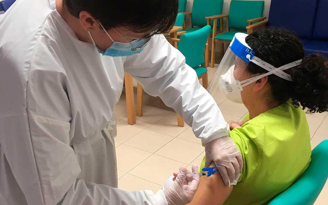 En Calaceite 22 residentes y el personal socio-sanitario han recibido la segunda dosis de la vacuna en el centro Sant Roc. / RESIDENCIA CALACEITE