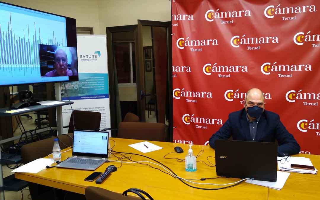 El presidente de Cámara de Comercio, Antonio Santa Isabel, en la sede. Detrás, por Zoom, el director del estudio, Marcos Sanso. / CÁMARA DE COMERCIO