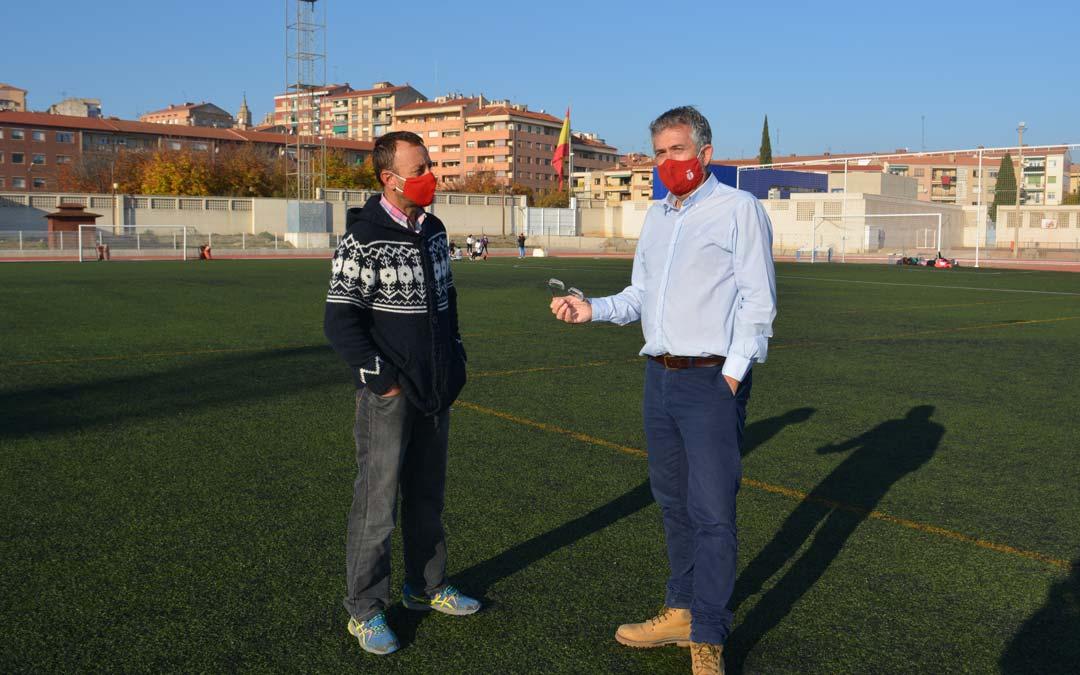 Kiko Lahoz y David Herraez en el campo de futbol del polideportivo de Alcañiz./Ayto.Alcañiz