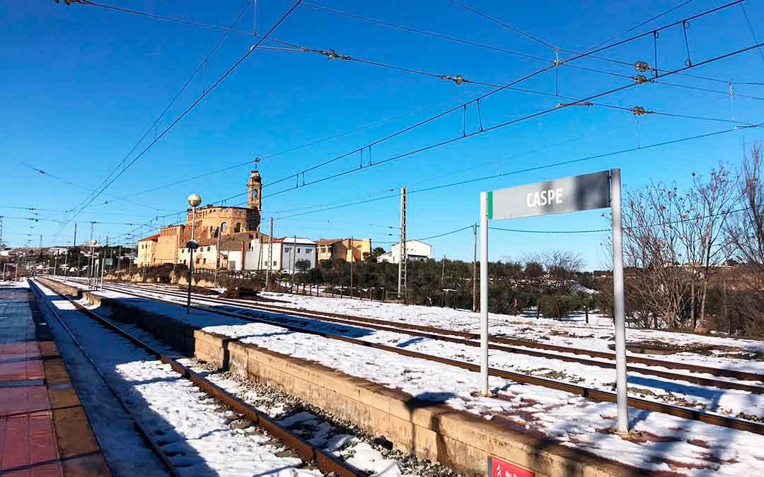 Imagen del estado de las vías este jueves en Caspe, día que se puso en marcha de nuevo la línea R-15 en el territorio.