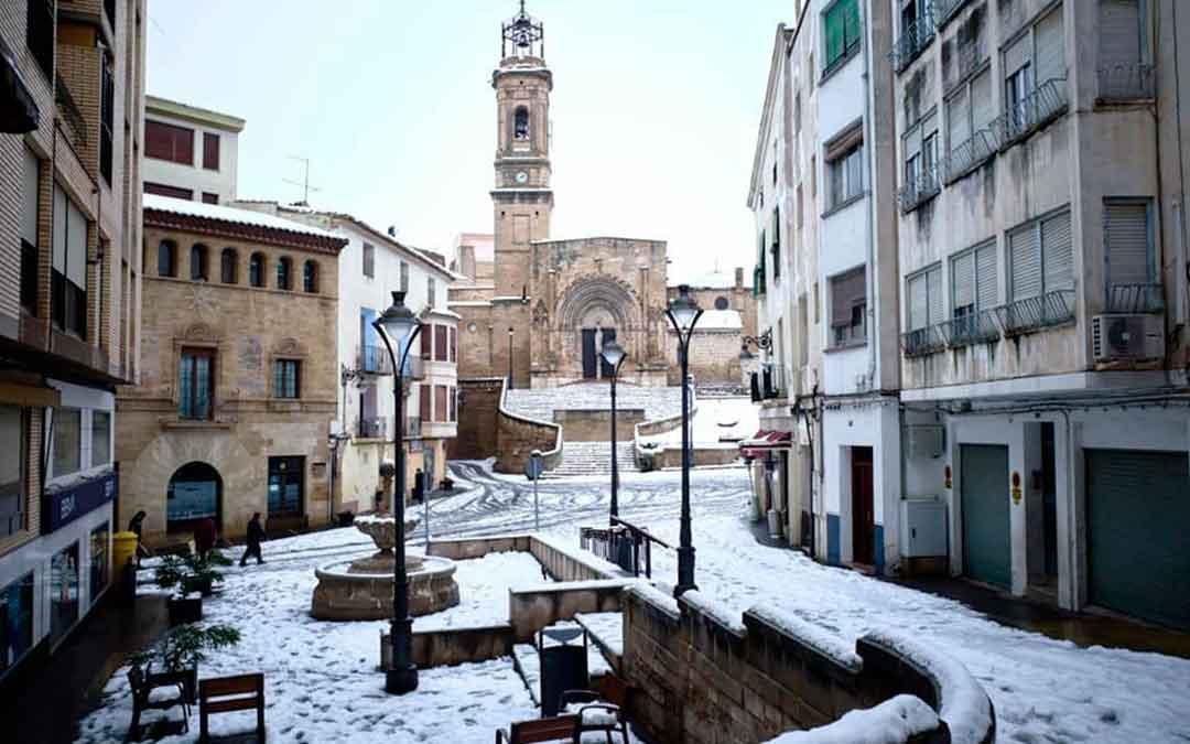Imagen de la Colegiata Santa María La Mayor de Caspe y su entorno con nieve, este domingo. Imagen: José Fillola.