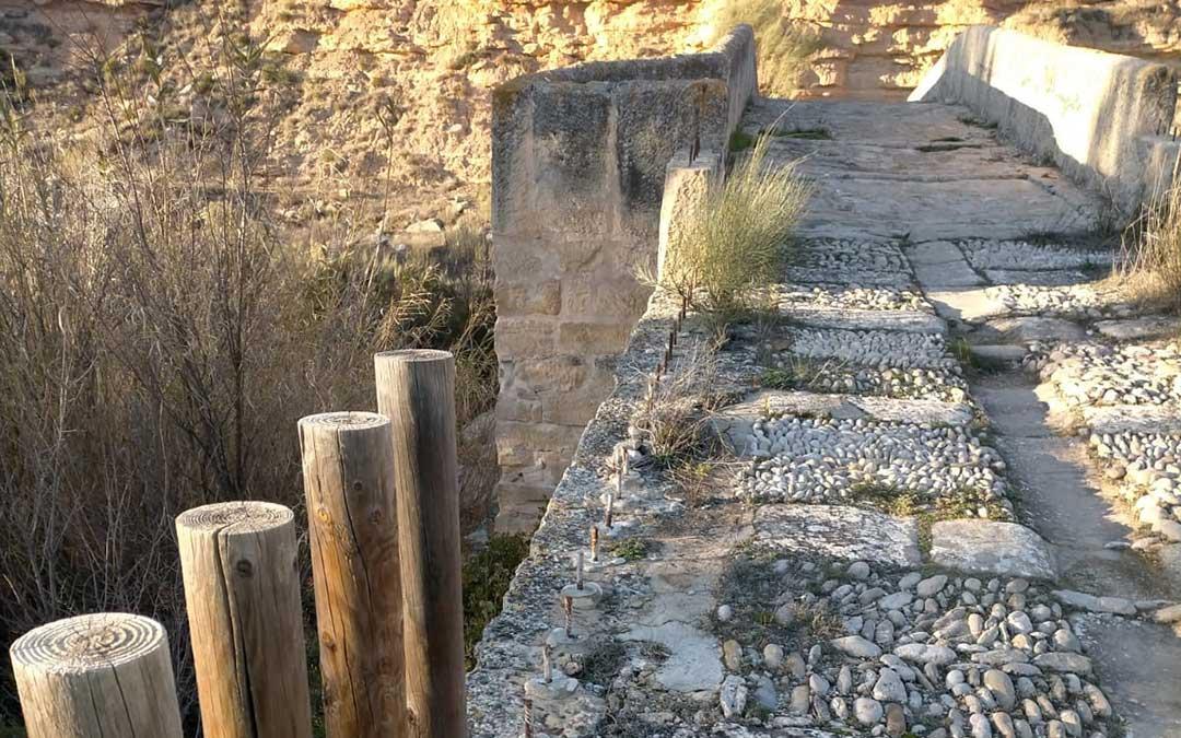 El puente de los Mastrigos de Caspe ha aparecido con 70 pilones arrancados, lo que repercute en la imagen pero también en la seguridad del entorno./ Ayto. Caspe