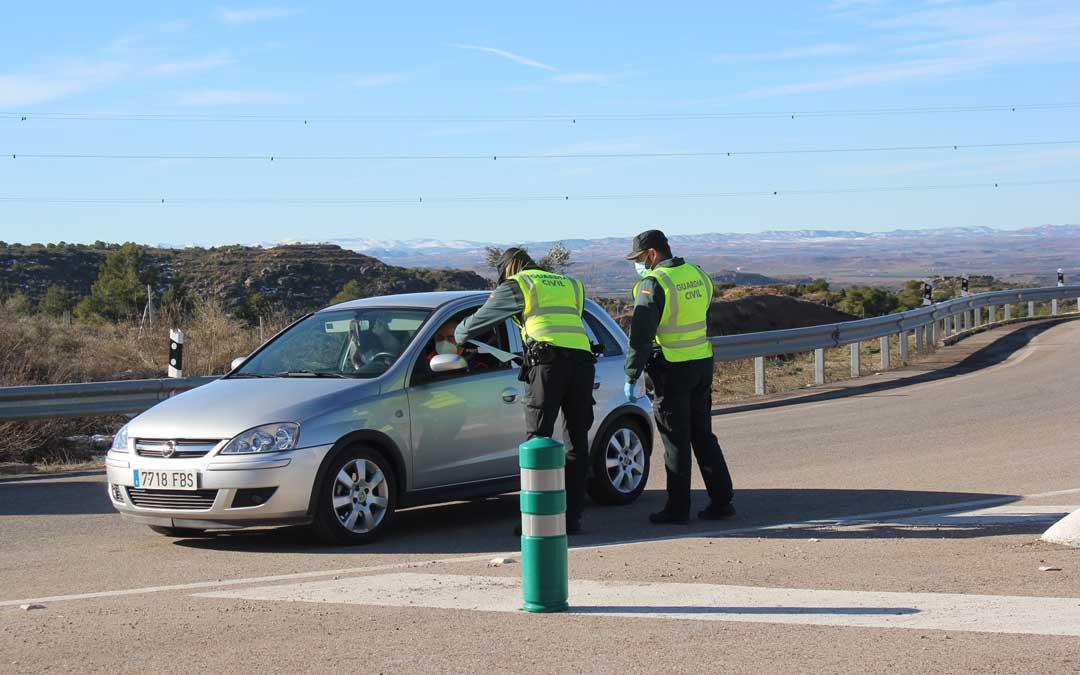 Control de la Guardia Civil a la salida de Alcañiz / L. Castel