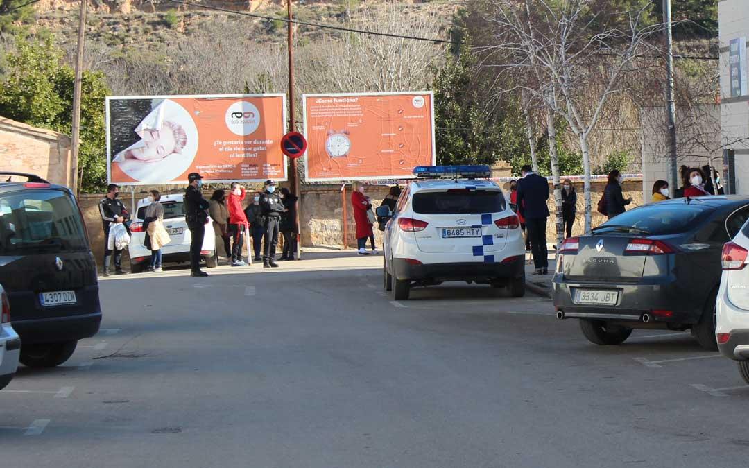 La Policía Local ha controlado las colas en los accesos al polideportivo municipal para las PCR este viernes por la mañana / L. Castel